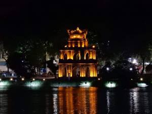 Vietnam | Norden, Hanoi. Der Ngoc Son Tempel bei Nacht schön beleuchtet