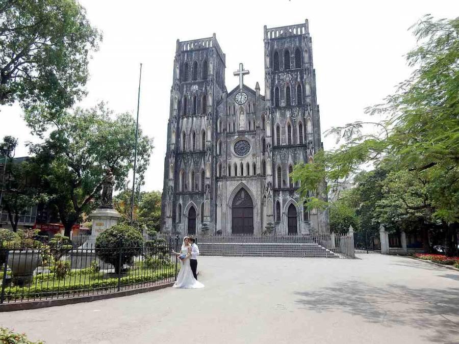 Vietnam | Norden, die St. Josephs Kathedrale in Hanoi. Ein frisch verheiratetes Pärchen posiert vor der Kirche zum Hochzeitsfoto
