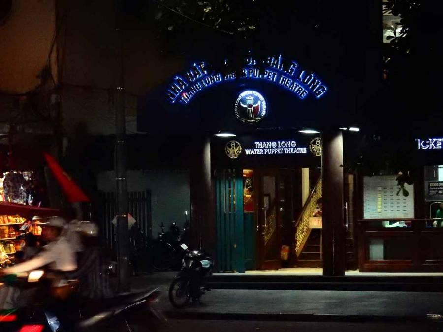 Vietnam | Norden, Eingang zum Wasserpuppentheater in Hanoi bei Nacht mir bunter Schrift beleuchtet