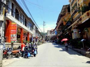 Vietnam | Norden, die Hauptstraße in Sa Pa. Kleine Shops, Hotels und ein paar Einheimische und Touristen