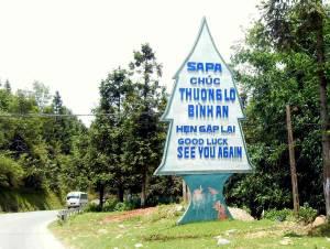 Vietnam | Norden, Bye Bye Sa Pa. Ein Schild am Straßenrand in der Form eines Tannenbaums mit den Worten: Viel Glück, Auf Wiedersehen! Die Tour nach Sapa in Nordvietnam gehört zu unseren Tipps & Highlights