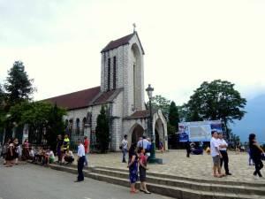 Vietnam | Norden, Notre Dame Kathedrale in Sa Pa- Blick auf die schlichte Kirche mitten in der Stadt und ein paar Touristen im Vordergrund
