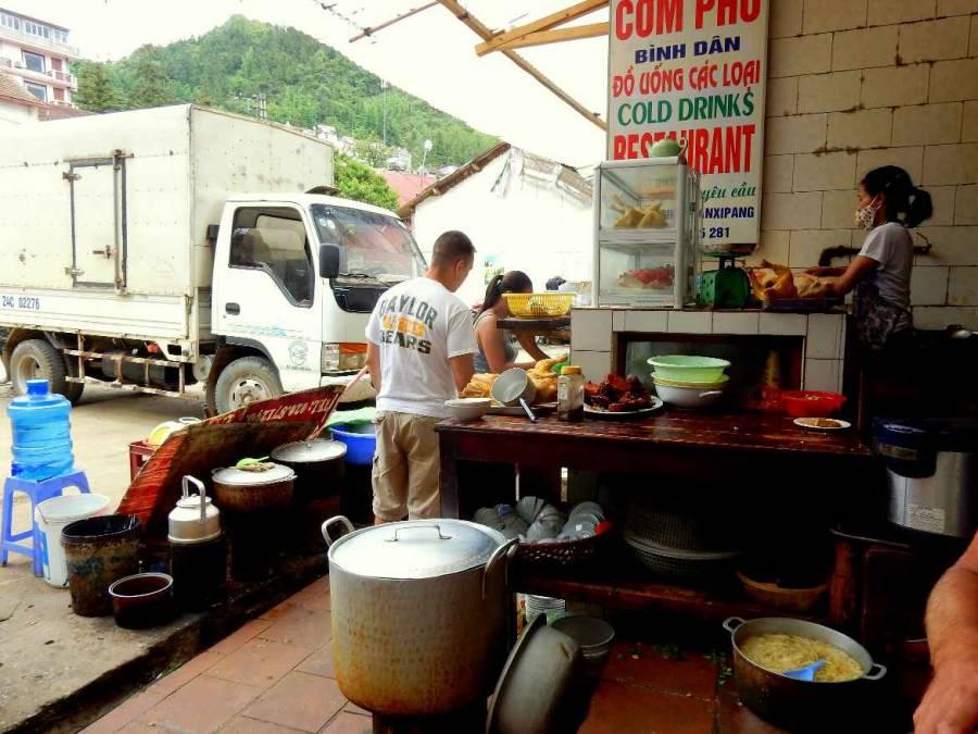 Vietnam | Norden, Straßenküche Com Pho Binh Dan in Sa Pa. Blick auf die köchelnde Töpfe und eine Vietnamesin die am Wok kocht