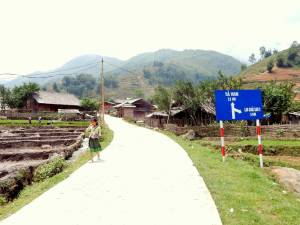 Vietnam | Norden, die Straße nach Tavan auf unserer Wanderung durch die Bergdörfer. Ein Straßenschild mit dem Hinweis 2,5 km am Straßenrand