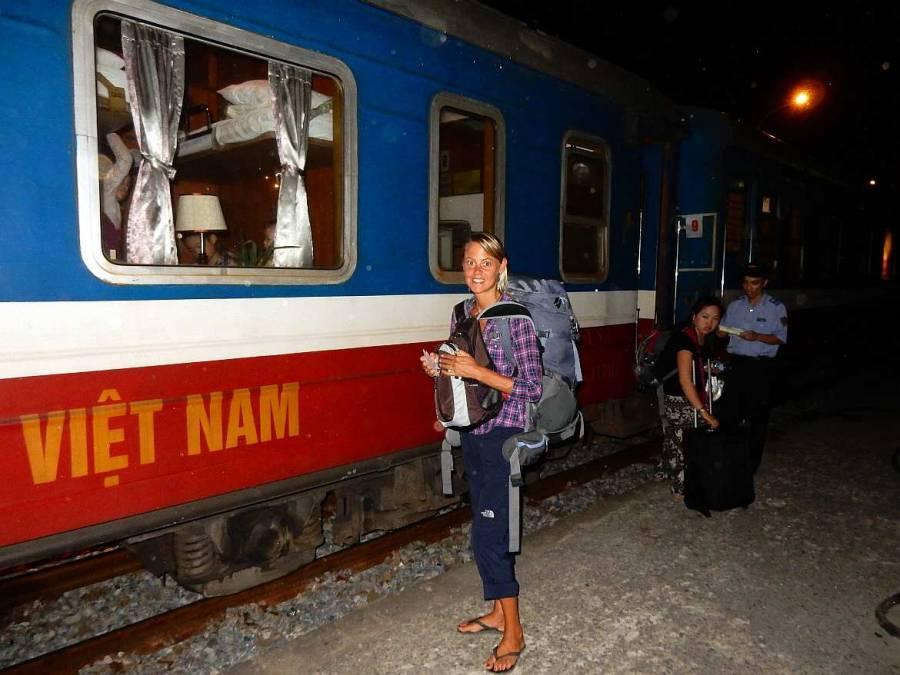 Vietnam | Norden, der Nachtzug von Sa Pa, Lao Cai nach Hanoi. Karin steht mit ihrem Rucksack vor dem Zug beim Einsteigen