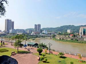 Vietnam | Norden, Lao Cai am Roten Fluss. Blick auf den Fluss mit der chinesischen Grenze im Hintergrund