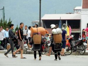 Vietnam | Norden, die Bewohner von Sa Pa. Im Zentrum des Bildes zwei Mädchen von hinten mit Kiepen auf dem Rücken