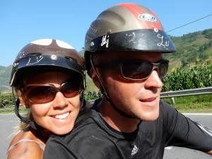 Vietnam | Norden, auf unserer Moped-tour in der Umgebung von Sa Pa. Auf dem Weg zum Fansipan Panorama, Karin und Henning mit Helmen auf dem Moped fahrend. Die Tour auf dem Roller gehört in jedem Reisebericht zu Nordvietnam zu den Tipps und Highlights