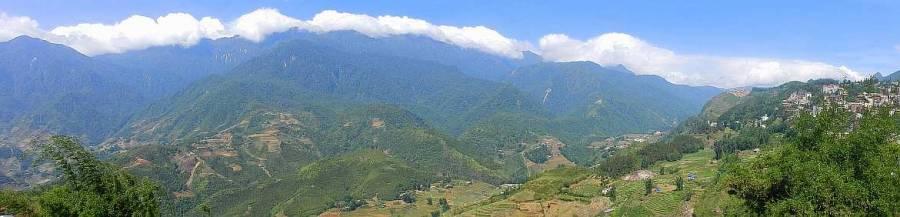 Vietnam | Norden, Panorama auf die Reisterrassen Sa Pa. Blick auf die grünen Hügel bei blauem Himmel mit Sonnenschein