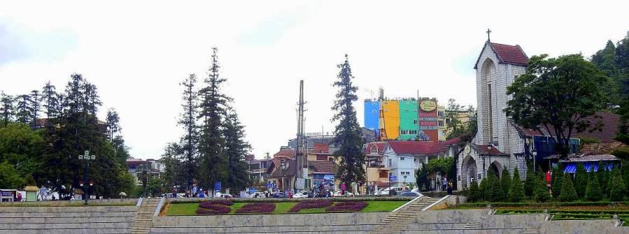 Vietnam | Norden, das Stadtzentrum von Sa Pa. Panorama vom Quang Truong Square aus auf die Stadt samt Notre Dame Kathedrale