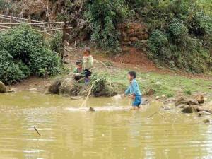 Vietnam | Norden, in einem Wasserloch spielende Kinder der Bergdörfer in der Umgebung von Sa Pa