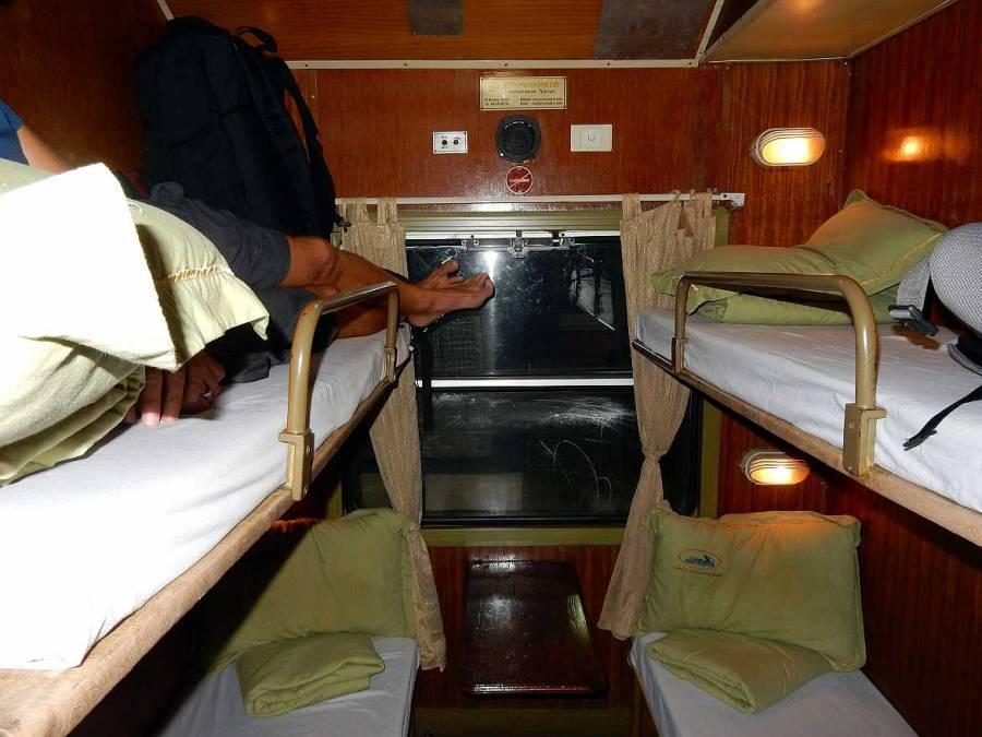 Vietnam | Norden, Viererabteil im Zug von Hanoi nach Sa Pa. Blick auf jeweils 2 Stockbetten im kleinen Zugabteil und Henning der oben links vergeblich versucht seine Beine auszustrecken