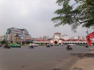 Vietnam | Süden, Cho Ben Thanh Market in Ho Chi Minh City. Blick über die Straße von außen auf das Gebäude und den Haupteingang des Marktes