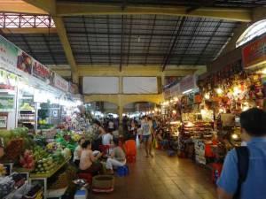 Vietnam | Süden, Cho Ben Thanh Market in Ho Chi Minh City am Haupteingang mit Blick auf verschiedene Verkäufer