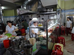 Vietnam | Süden, Typische Küche in Ho Chi Minh City. Frauen bei der Zubereitung von verschiedenen Gerichten in der Küche eines Restaurants
