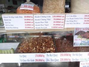 Vietnam | Süden, getrockneter Fisch und Insekten in Ho Chi Minh City. In verschiedenen Schalen werden vietnamesische Snacks angeboten