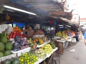 Vietnam | Süden, Obstmarkt in Ho Chi Minh City. Verschiedene frische Obstsorten: Wassermelone, Orangen, Papaya, Äpfel, Birnen, Litschi, etc.
