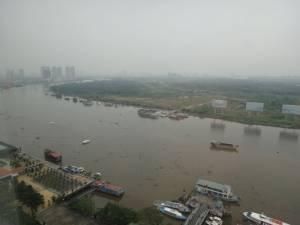 Vietnam | Süden, Nebel in Ho Chi Minh City. Panorama von oben auf den Fluss und die Stadt im Nebeldunst