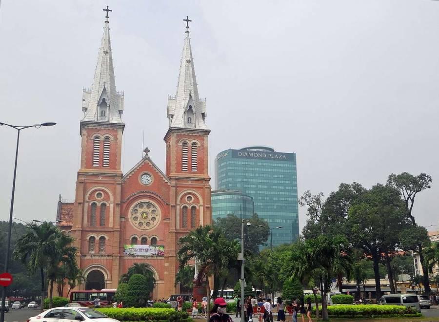 Vietnam | Süden, Notre Dame Kathedrale in Ho Chi Minh City. Blick auf die orangefarbene Kathedrale mit zwei weißen Spitztürmen