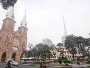 Vietnam | Süden, Notre Dame Kathedrale und Postamt in Ho Chi Minh City. Blick auf die Kirche links und das Postamt auf der rechten Seite über einen Platz in der Mitte