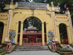 Vietnam | Süden, Eingang zum Tao Dan Park in Ho Chi Minh City. Durch ein gelbes Tor mit bunten Verzierungen gelangt man ins Innere des Parks