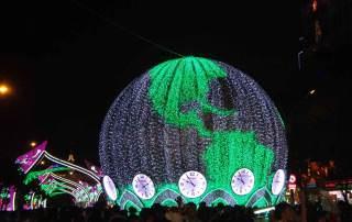 Vietnam | Süden, Ho Chi Minh City bei Nacht. Blick auf die bunt beleuchtet Weltkugel mit den verschiedenen Weltzeituhren. Es gibt viele Highlights auf der Rundreise in Südvietnam, Saigon ist gute Ausgangsbasis