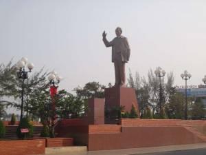 Vietnam | Süden, Ho Chi Minh Statue in Can Tho, mit der rechten Hand zum Gruß steht eine Nachbildung von Ho chi Minh auf einem Sockel