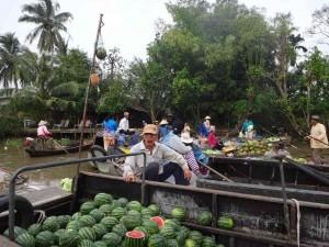 Vietnam | Süden, Eindrücke der schwimmenden Märkte. Wassermelonen, Ananas und andere Obstsorten stehen zum Verkauf