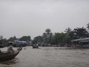 Südvietnam | Can Tho, früh morgens werden die schwimmenden Märkte aufgebaut. Blick auf den Mekong und einige Boote die ihre Waren auslegen