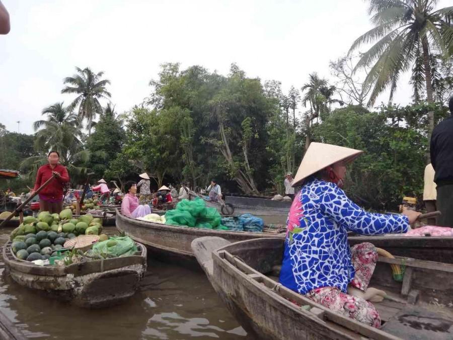 Vietnam | Süden, weit und breit keine Touristen außer uns bei den schwimmenden Märkten in der Nähe von Can Tho. Blick auf die verschiedene Boote