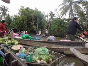 Vietnam | Süden, authentische Eindrücke der Touren ins Mekong Delta. Der schwimmende Markt in Südvietnam. Obst und Gemüse im Stil der Einheimischen mitten auf dem Mekong kaufen.