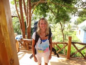 Vietnam | Süden, Ankunft im Blue Sea Resort auf Phu Quoc. Karin mir Rucksack auf der Veranda unserer Holzhütte. Tipps zu den Unterkünften auf der Insel findest Du in unserem Reisebericht inkl. Bilder