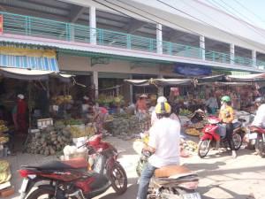 Vietnam | Süden, Markt in Duong Dong Town auf Phu Quoc. Blick auf bunte Verkaufsstände und Einheimische beim Einkauf von Obst und Gemüse