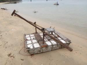Vietnam | Süden, Phu Quoc. Fischerboot mal anders. Ein Floß mit kleinem Stuhl und befestigten Holozpaddeln
