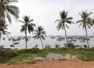 Vietnam | Süden, Ganh Dau Strand im Norden auf Phu Quoc . Panorama auf den palmengesäumten Strand mit zahlreichen Fischerbooten