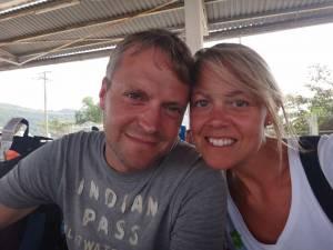 Vietnam | Süden, Warten auf die Fähre nach Phu Quoc am Pier in Ha Tien. Karin und Henning Selfie. Tipps zur Anreise gibt es in unserem Reisebericht