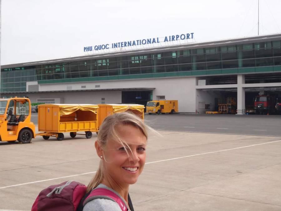 Vietnam | Süden, der Internationale Flughafen auf Phu Quoc. Karin vor dem Eingang zum Flughafengebäude