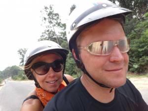Vietnam | Süden, Moped Tour auf Phu Quoc. Karin und Henning mit Helm und Sonnenbrille auf dem Moped. Eine Tour mit dem Roller über die Insel gehört zu unseren Top-Tipps. Den Reisebericht zur Tour solltest Du lesen