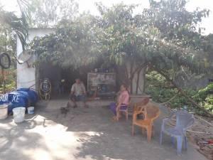 Vietnam | Süden, unsere Retter. Die kleine Moped-Werkstatt auf Phu Quoc. Ein Mann mit seiner Frau sitzen vor ihrem Haus in Erwartung der nächsten Kundschaft
