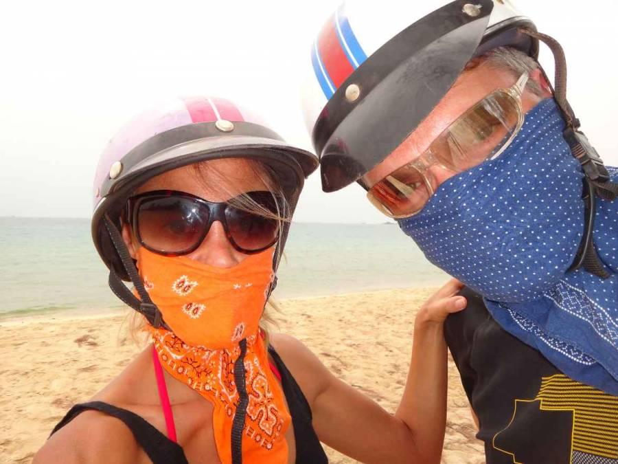 Vietnam | Süden, Staubschutz auf den Pisten bei unserer Moped Tour auf Phu Quoc. Karin und Henning mit Helm, Sonnenbrillen und Halstüchern als Gesischtsschutz