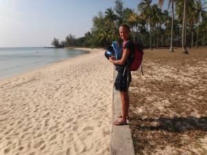 Vietnam | Süden, Einsamkeit am Ong Lang Beach auf Phu Quoc. Karin steht auf dem Rückweg nach einem Strandtag bepackt am wunderschönen leeren Strand