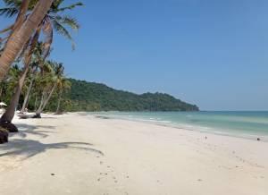 Vietnam | Süden, menschenleerer Sao Beach auf Phu Quoc . Panorama auf türkisfarbenes Meer, weißen Sandstrand, von Palmen gesäumt mit Urwald im Hintergrund