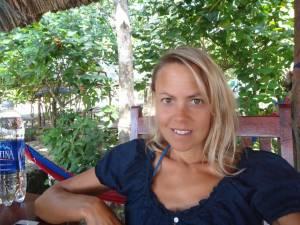 Vietnam | Süden, Tiefenentspannung auf Phu Quoc. Karin sitzt sichtlich entspannt in einem kleinen Strandrestaurant