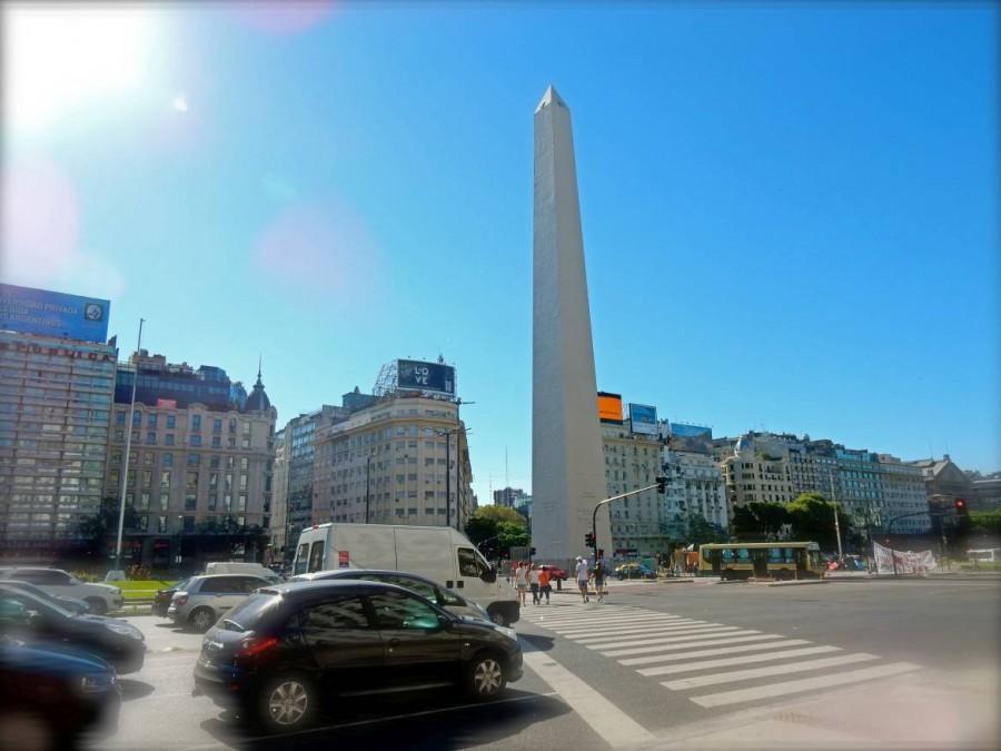 Buenos Aires | Sehenswürdigkeiten: Der berühmte Obelisk auf der Avendia 9 Julio mit viel Verkehr auf der breitesten Straße der Welt