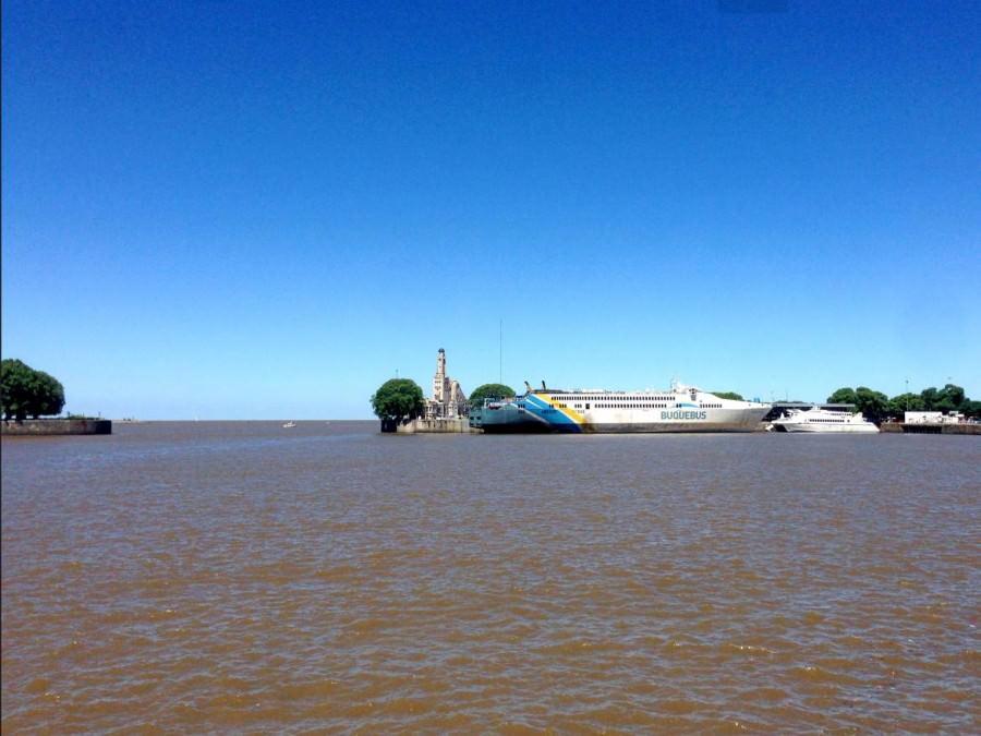 Argentinien | Die moderne Buquebus-Fähre verbindet mehrfach täglich Buenos Aires mit Concordia und Montevideo in Uruguay über den Seeweg