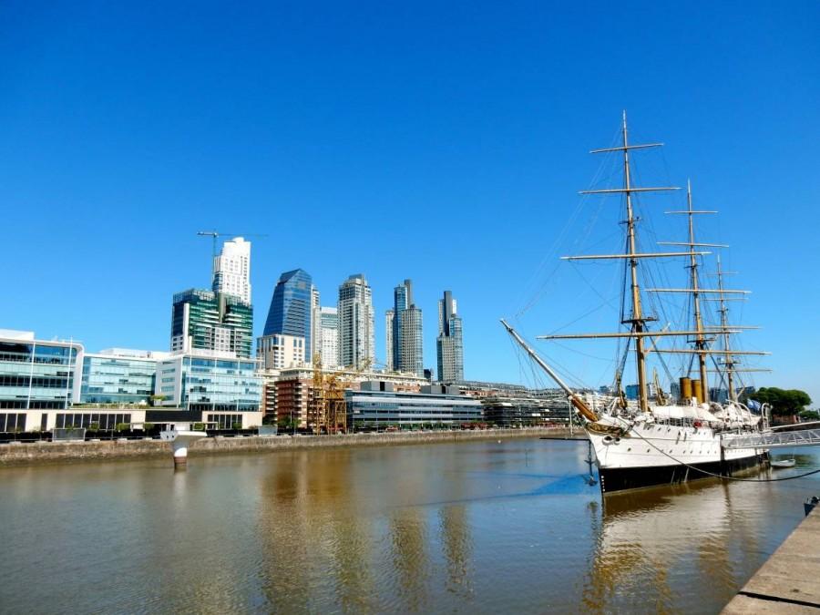 Buenos Aires | interessante Orte: Altes dreimastiges Segelschiff im modernen Puerto Madero