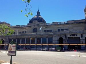 Argentinien | Ein großes elegantes altes Gebäude. Retiro ist einer der Hauptbahnhöfe von Buenos Aires