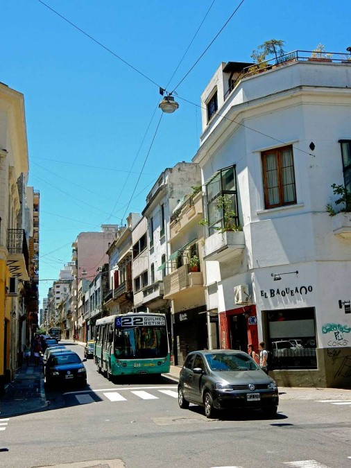 Argentinien | Buenos Aires, grüner Bus in den Gassen von San Telmo