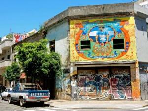 Argentinien | Buenos Aires, Stillleben mit Graffiti und coolem Pick-Up in einer Nebenstraße von San Telmo