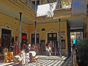 Argentinien | Buenos Aires, malerischer Innenhof mit Läden in San Telmo